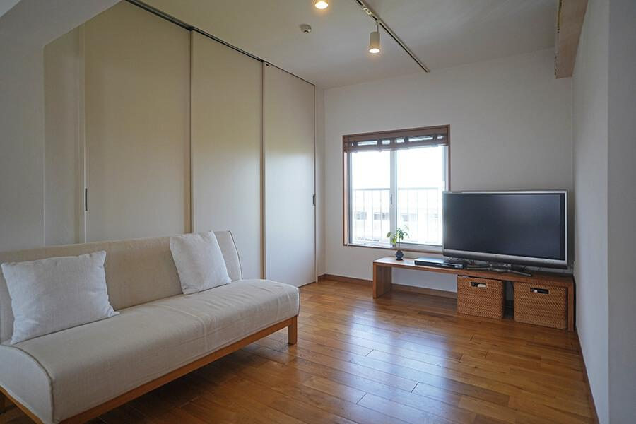 リビングの北側はテレビやソファを置いてくつろぎスペースに