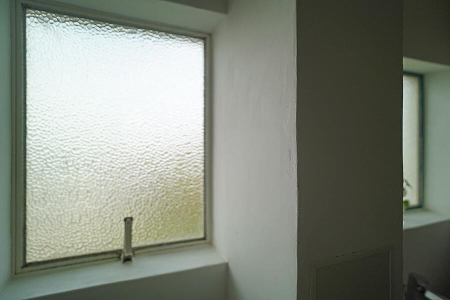 サニタリールームの窓はあえて昔の窓のまま