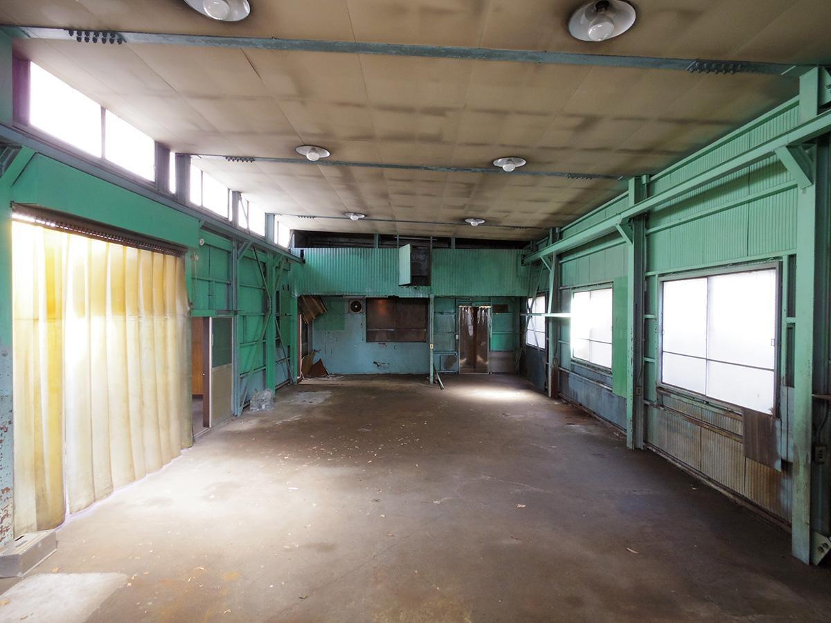奥に中2階があり倉庫として使える