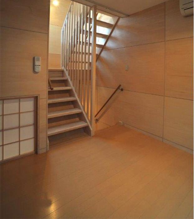 階段はスリットが入っているので、光が差し込んで明るい