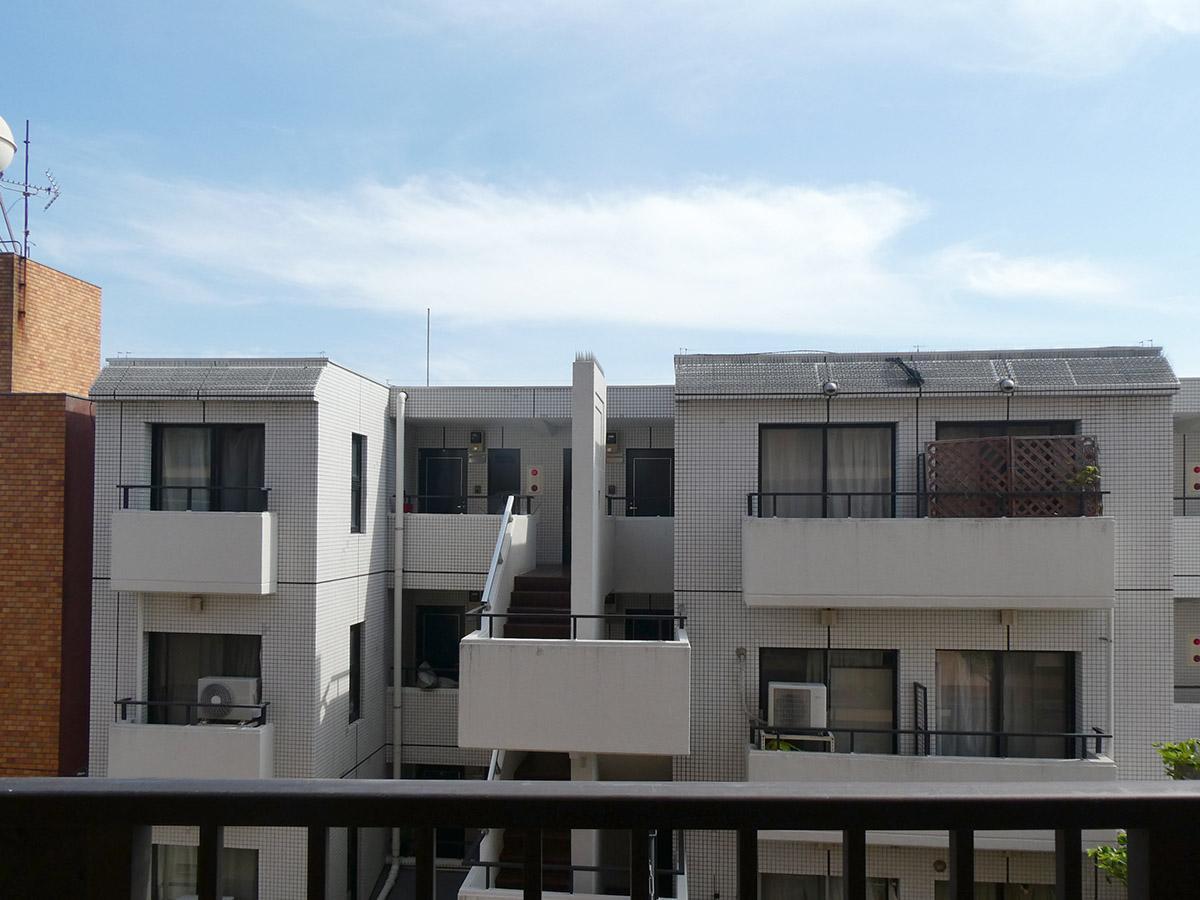 バルコニーからの眺め。正面の建物との距離が近め