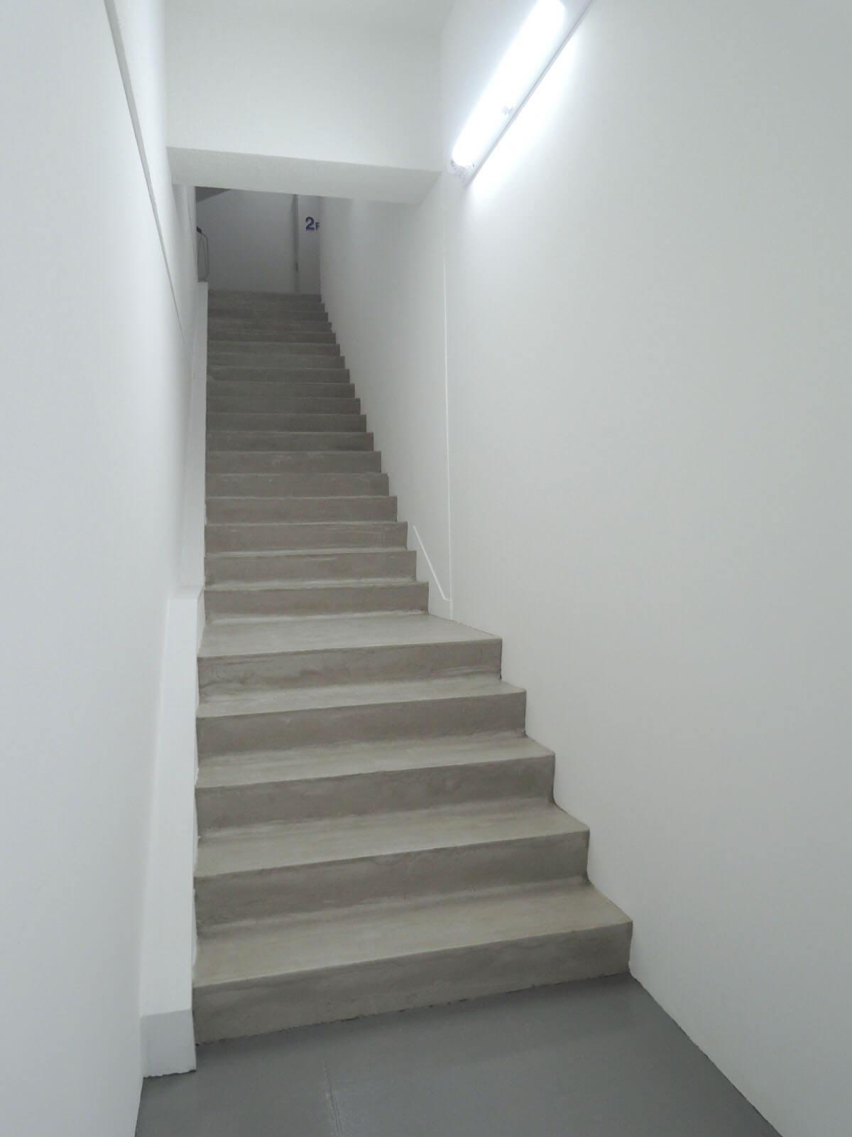 2階までこの階段を上りきって