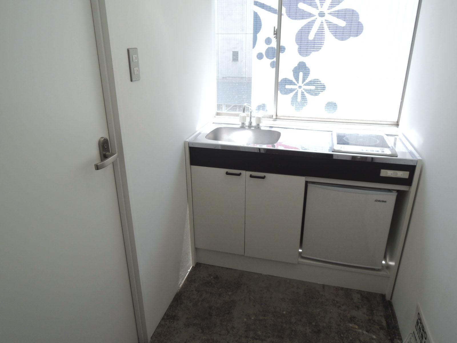 IHコンロとミニ冷蔵庫付き、左のドアがトイレです