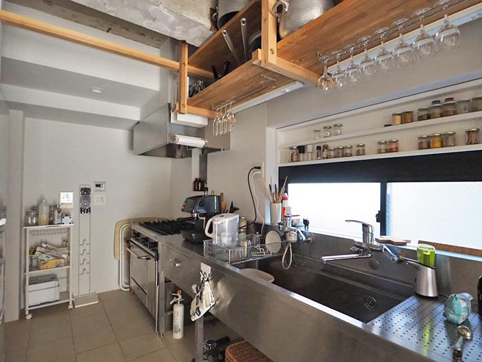 キッチン周りの棚が充実していて使いやすそう。この状態からさらに使いやすように改装アレンジも相談可能