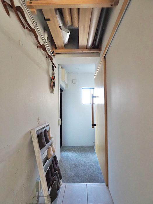 玄関右手にお手洗い、収納スペースがある