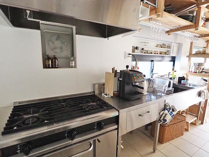 大型のガスオーブン、業務用のコンロが頼もしい業務用キッチン
