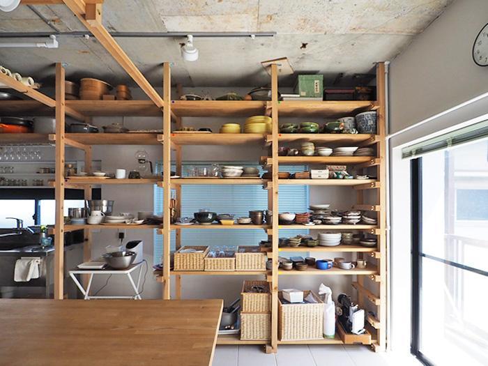 造作の食器棚も存在感がある。置かれている食器の使用も相談可能(現状は写真の状態よりも、数が少なくなっている状況です)