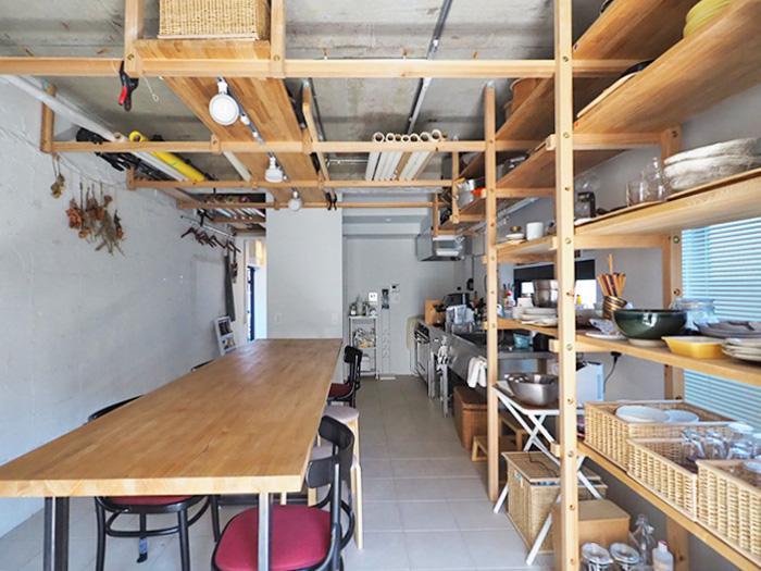 ダイニングテーブルは作業台にもいい。木のフレームを生かして、俯瞰撮影もしやすい