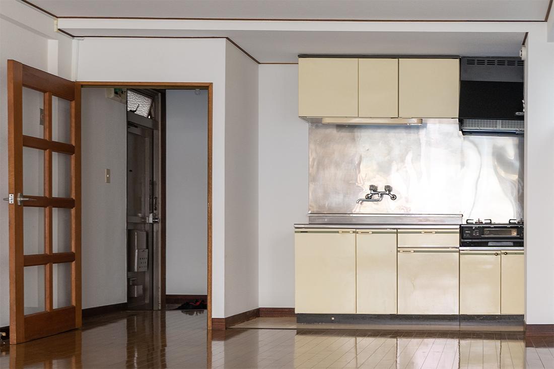 キッチンは古め。ガスコンロは残置物扱い