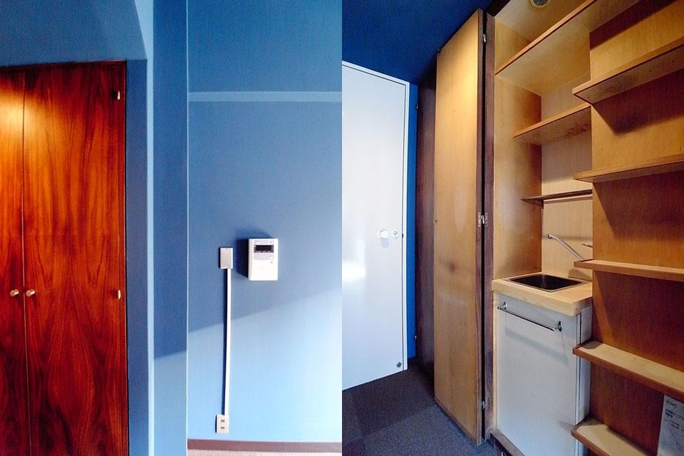 左:青と建具の対比が印象的 右:木製建具を開くと小さな流しが現れる