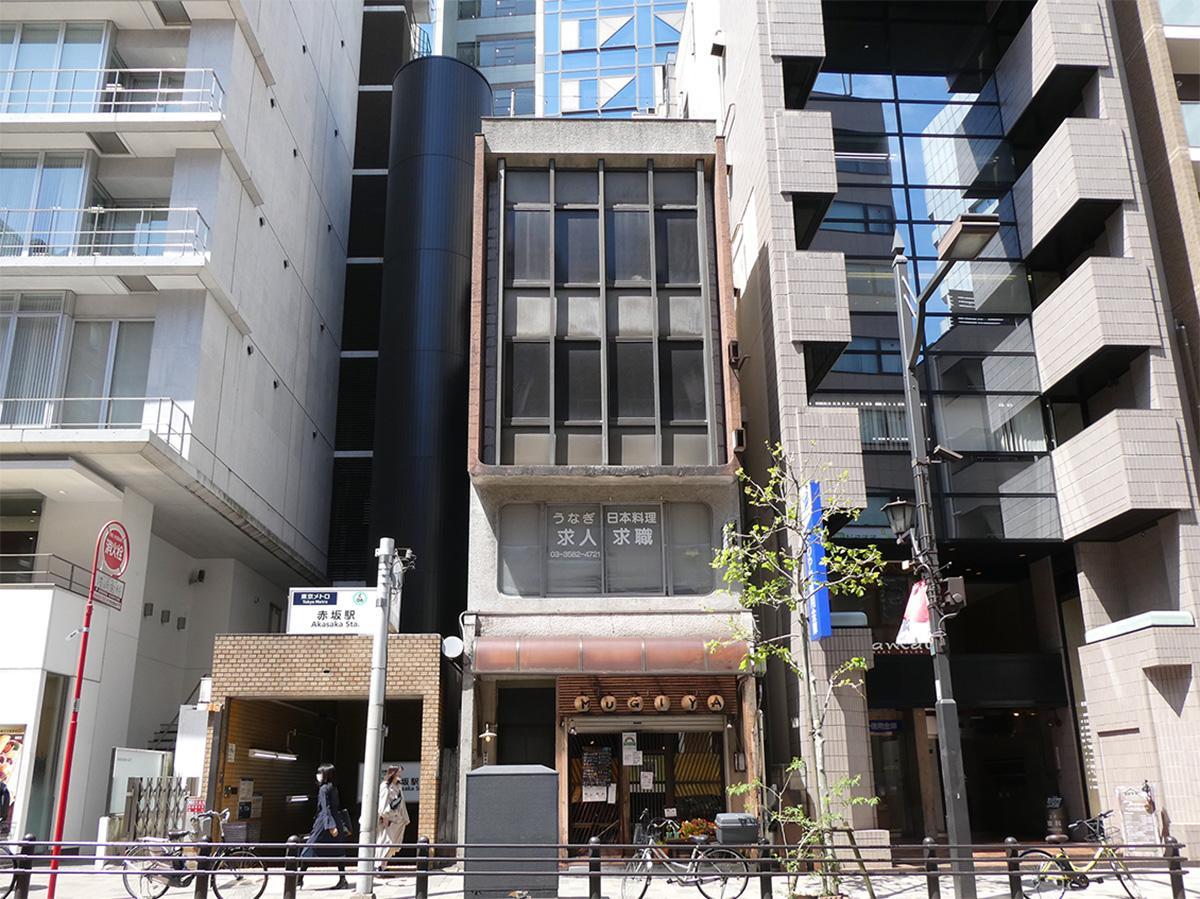 赤坂駅の出口の隣という立地。渋い外観
