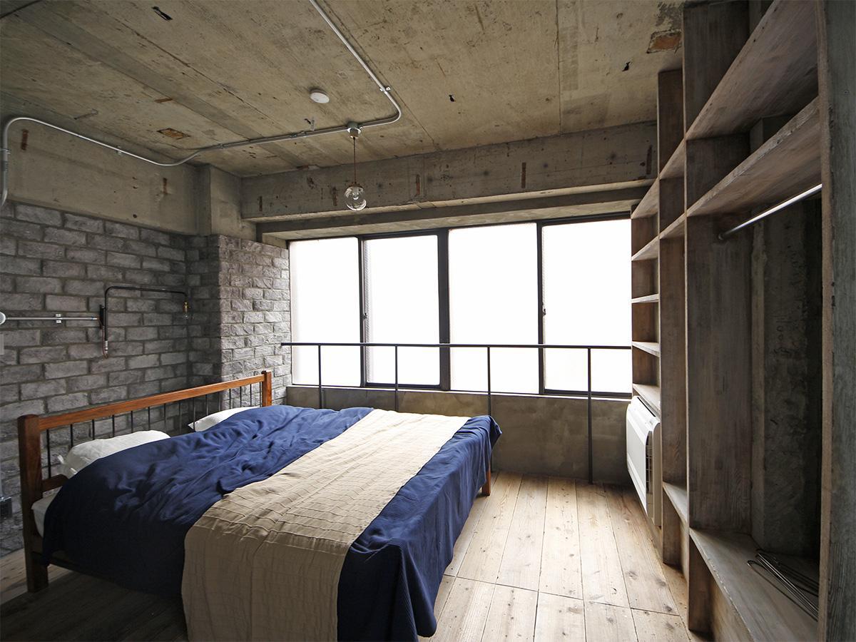 天井の高さは約2.6m。備え付けの棚は、収納力バッチリ
