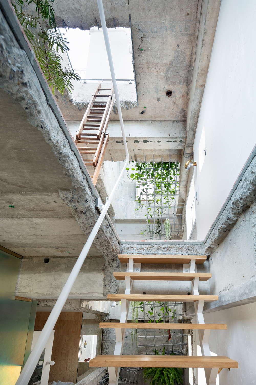 階段をつくるためにコンクリートを解体