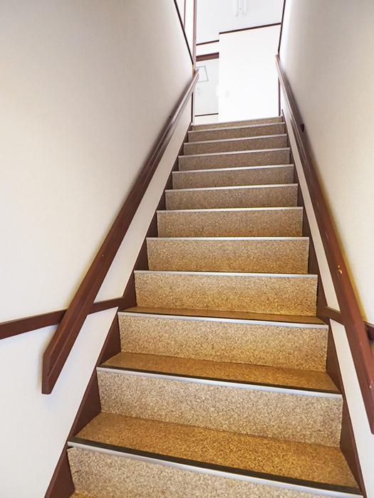 階段は少し急です。幅は少しゆったりめ