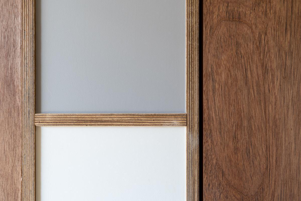 積層合板で切り替えられた、白×グレー×ラワン
