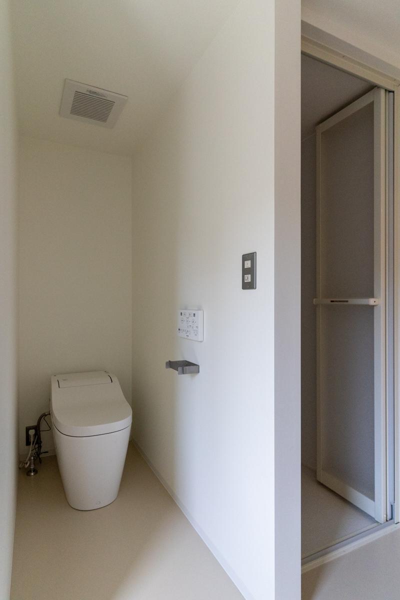 トイレにはドアはありません
