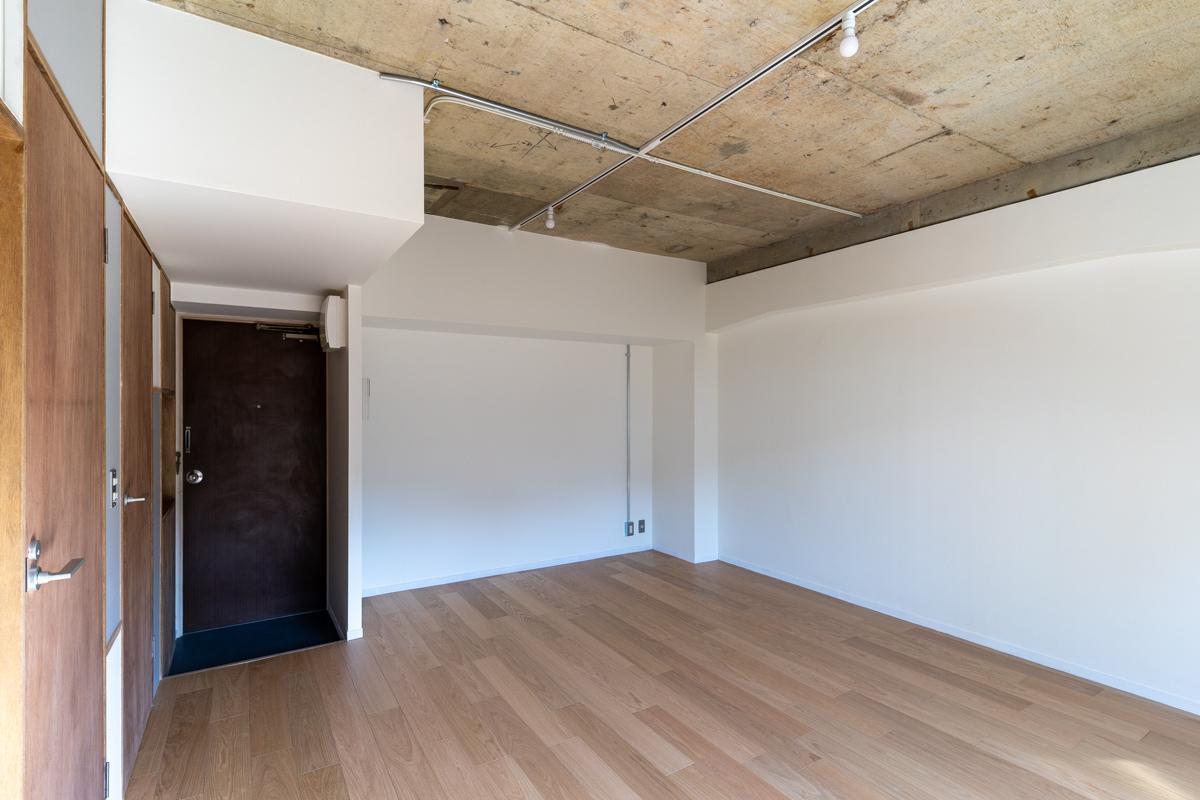 シンプルな空間にラフな天井の組み合わせ