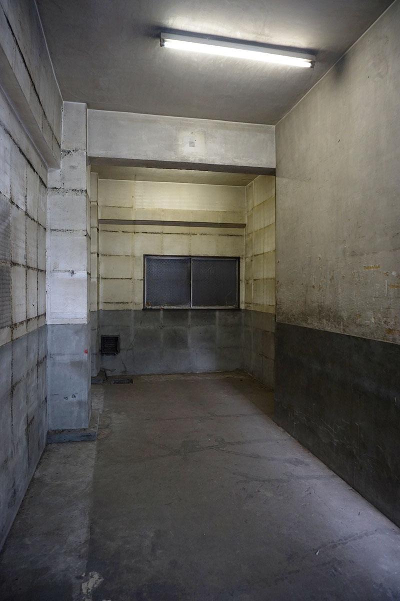1階:天井高3.7m。全フロアが無骨なコンクリート空間