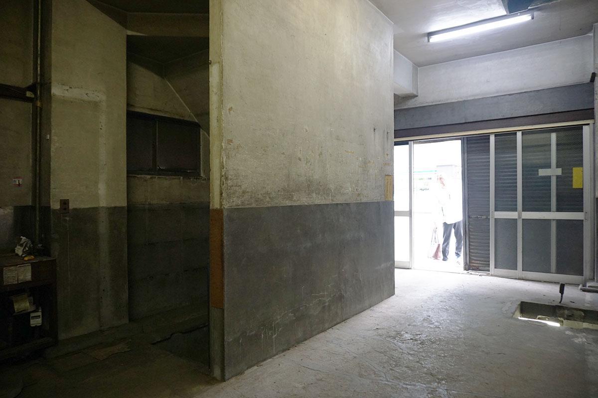 1階:奥から入り口を見る