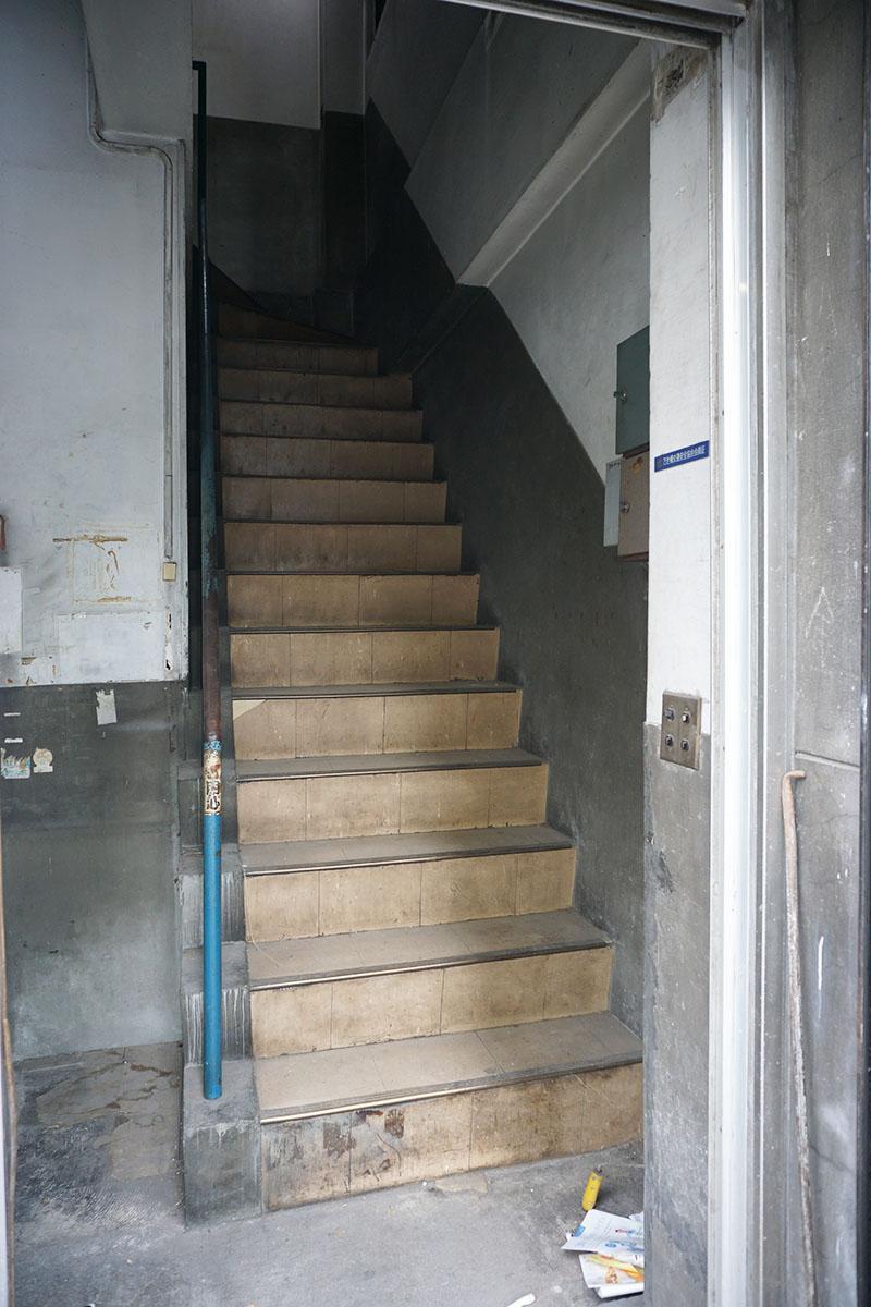 1階の階段:タイルの下はコンクリート