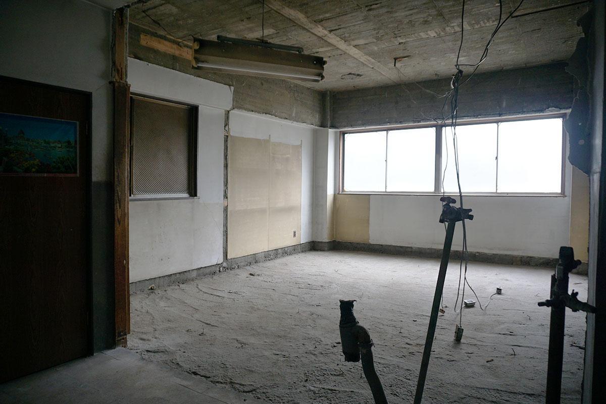 4階:床もゴツゴツなのできれいにする必要があります