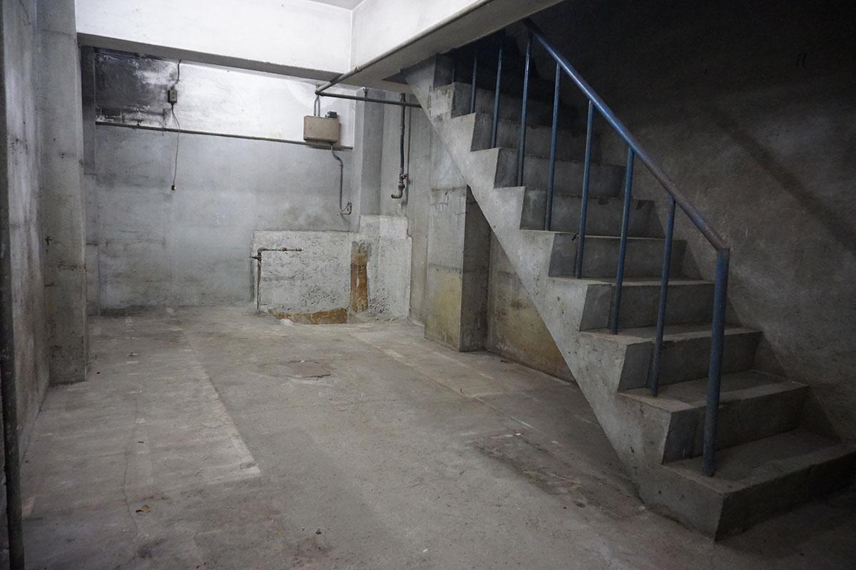 地下1階:階段はゴツゴツのコンクリート