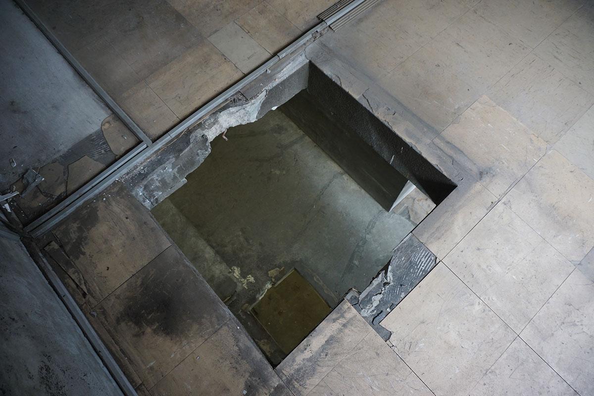 1階と2階の床はリフトの穴が空いたままです