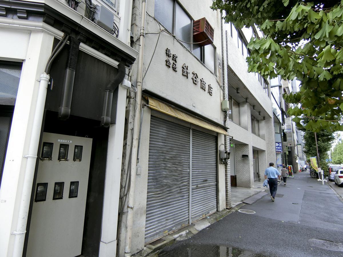 看板が渋い!入り口は高さ2.7m×横3.4m、前面の歩道はそれなりに人通りがある。