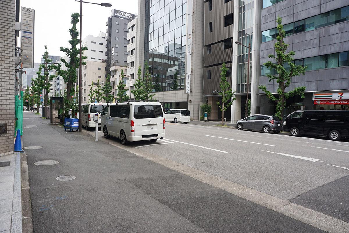 建物前面道路。車の通りは少ない