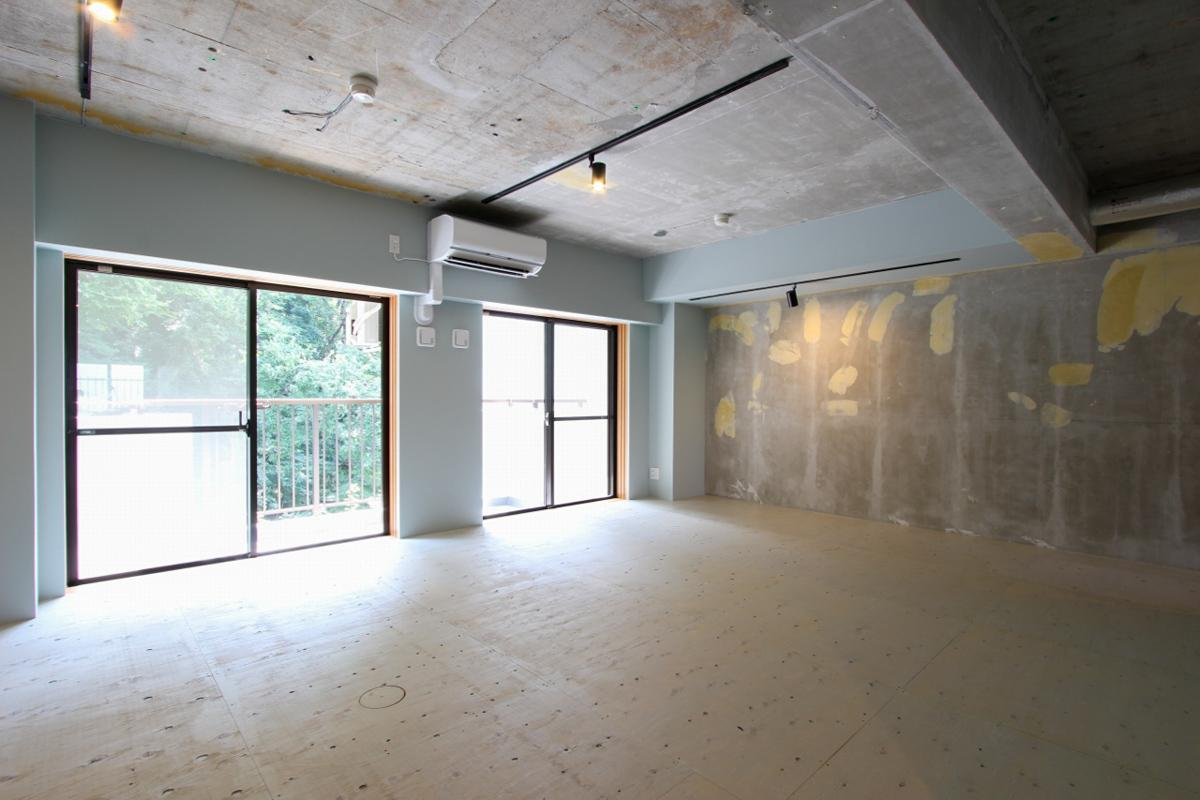 床は下地の合板まで、壁は躯体にパテ跡がある状態でのお引き渡しとなります