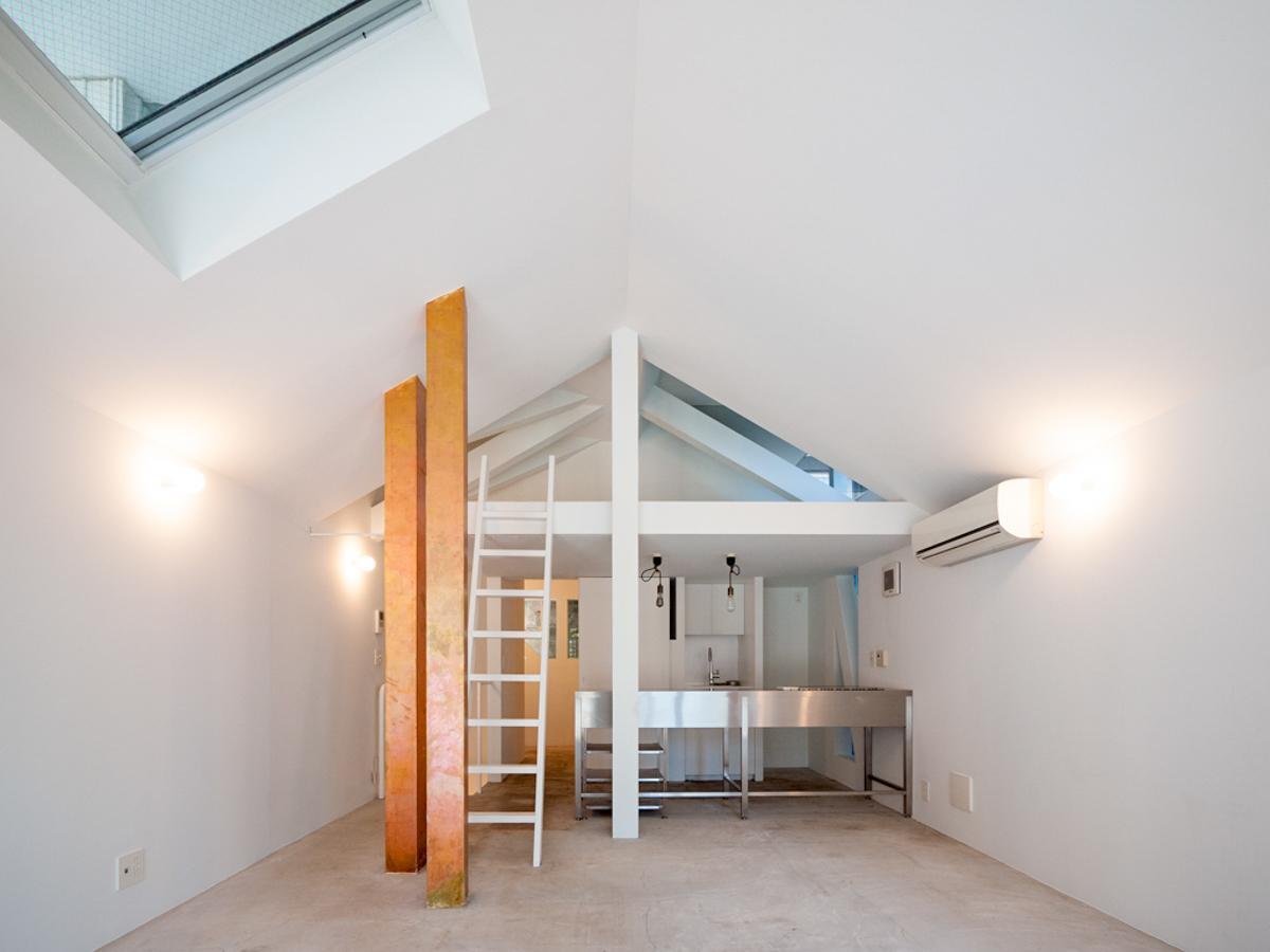 キッチン上部には屋根裏的なロフトスペース
