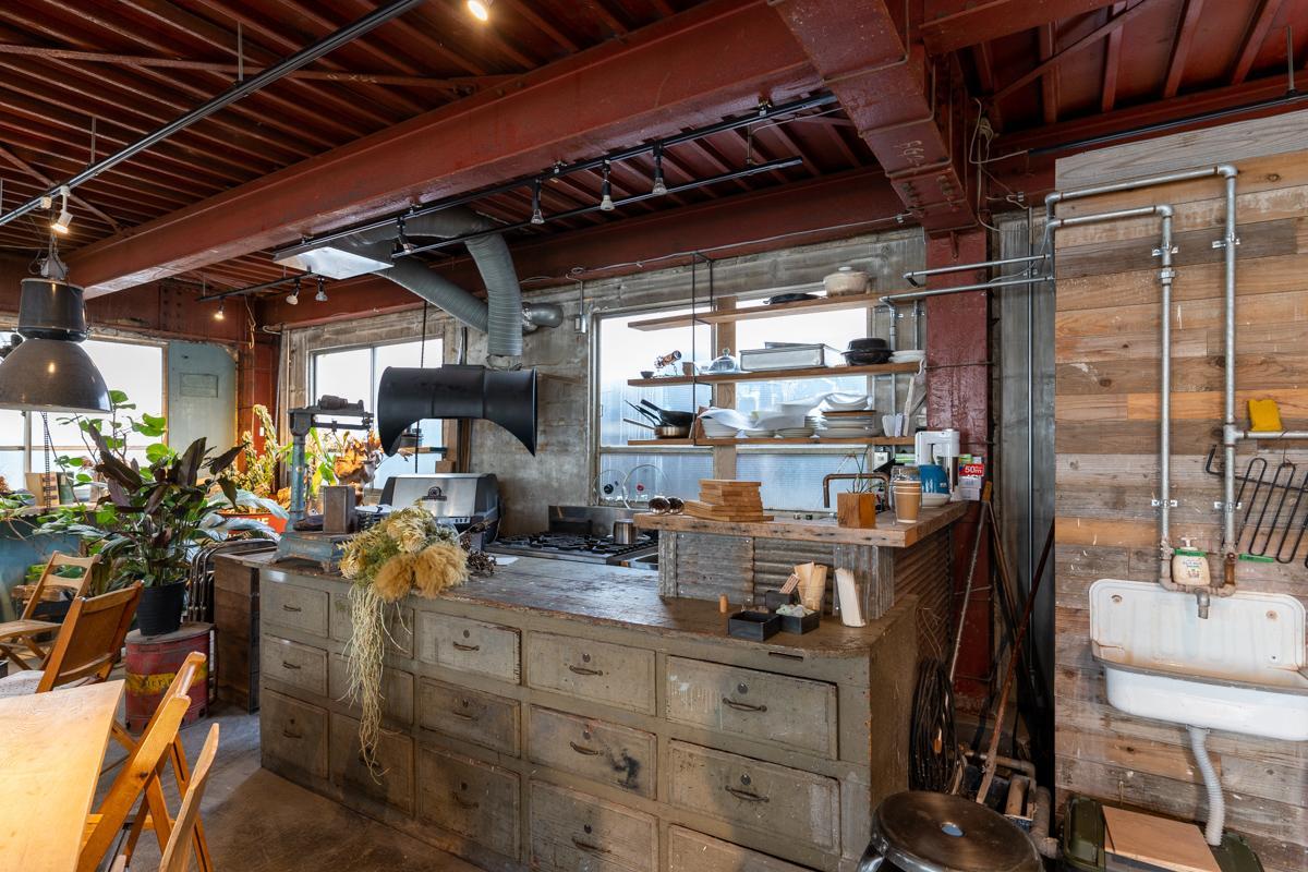 家具屋でもありグリーンショップ、陶芸教室でもある面白い空間