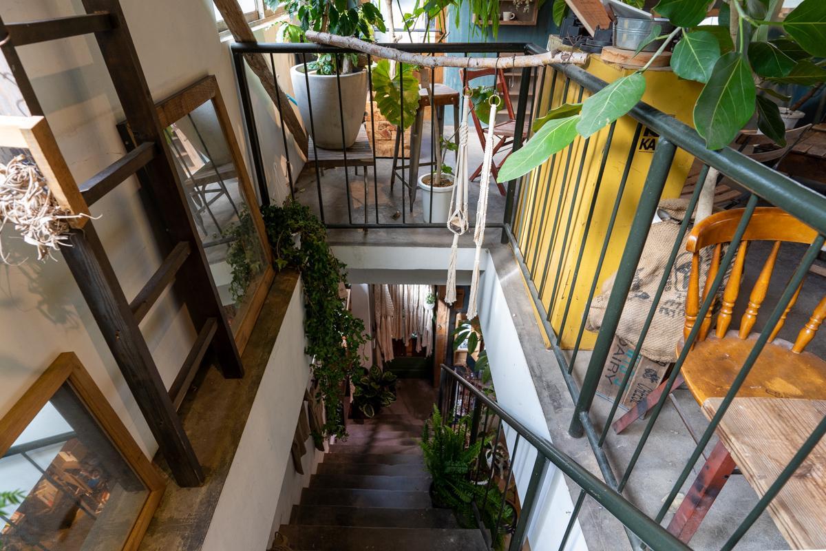 カフェに入って、この階段を上った2階部分がシェアレストラン区画