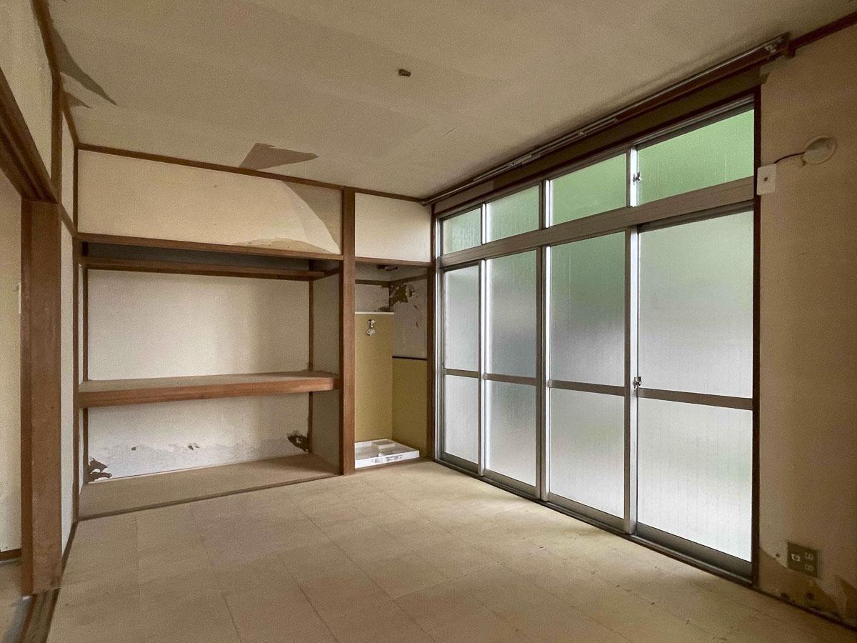 6畳の部屋:収納の横、窓際部分に洗濯機置場がある