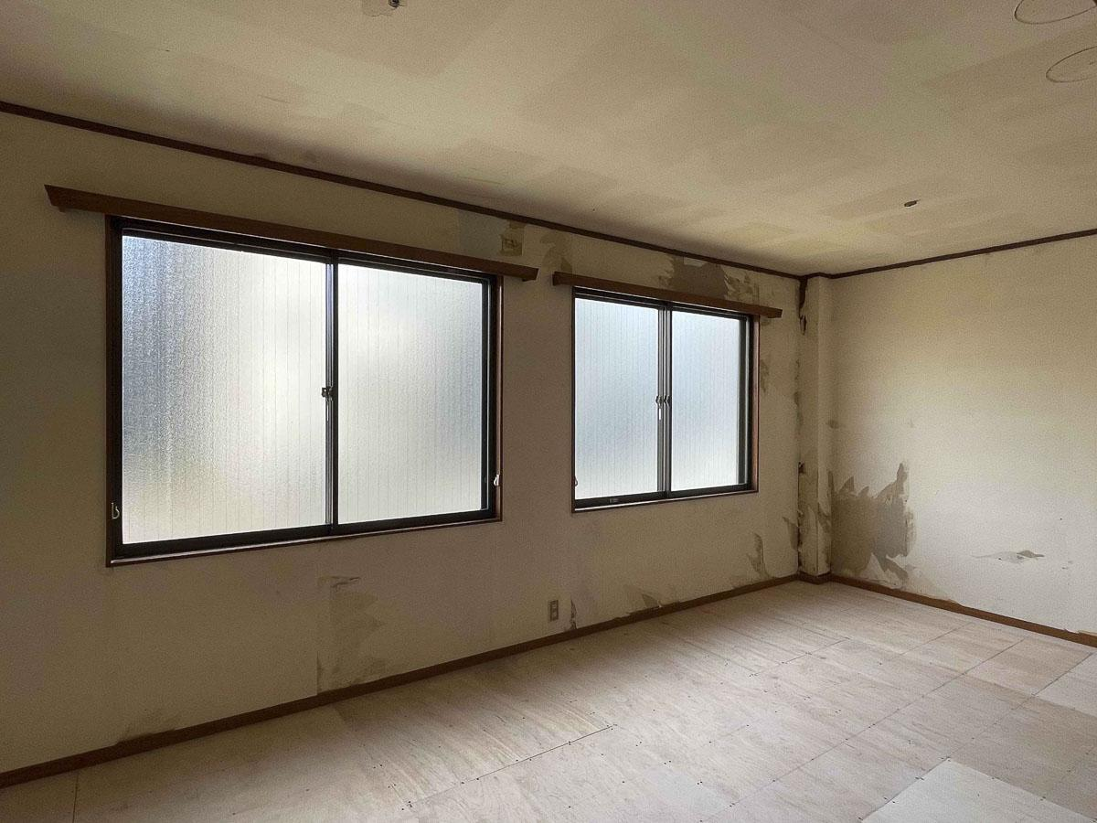 9.2畳の部屋:この窓の先は2車線車道だが、二重窓になっているので騒音はかなりカットされる