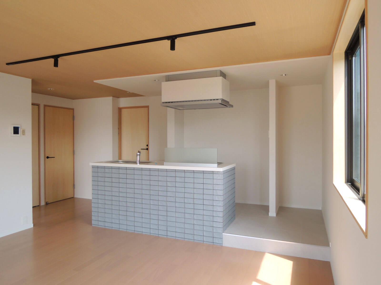 304: キッチンの背面にバストイレ、左のドアが玄関