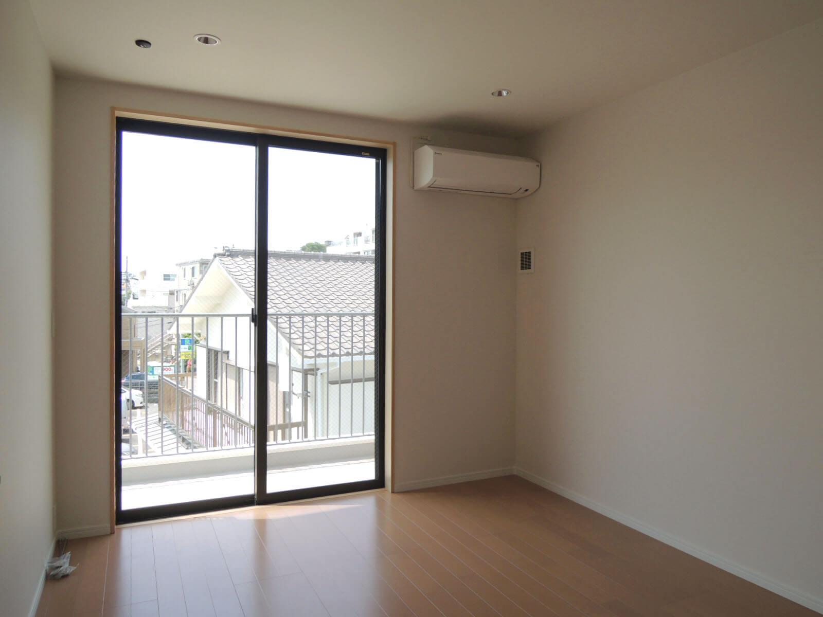 304: リビングから寝室まで眺めのいいバルコニーが繋がっています