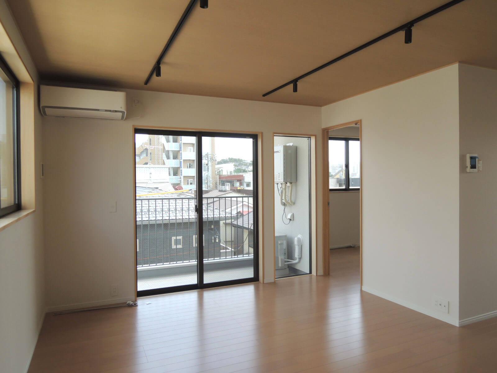 303: いちばん広い部屋、右側が寝室です