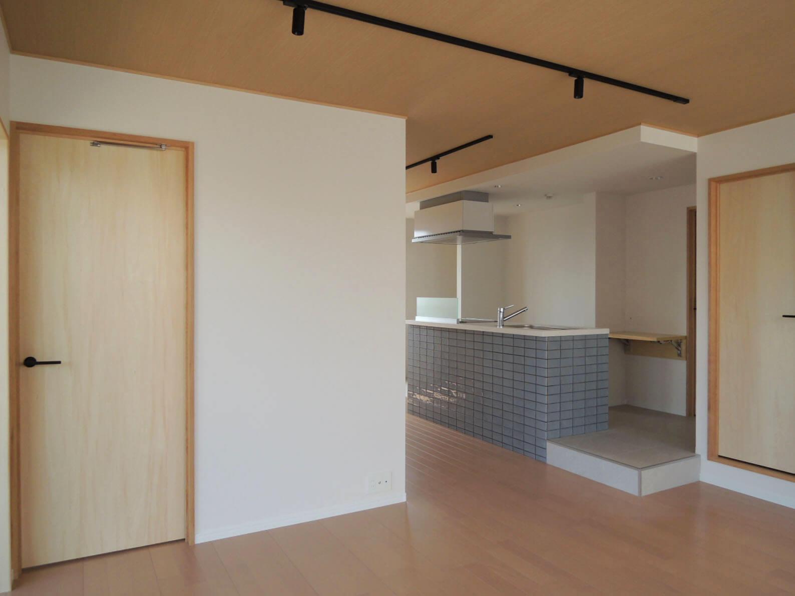 303: キッチンはコーナーに配置されていて
