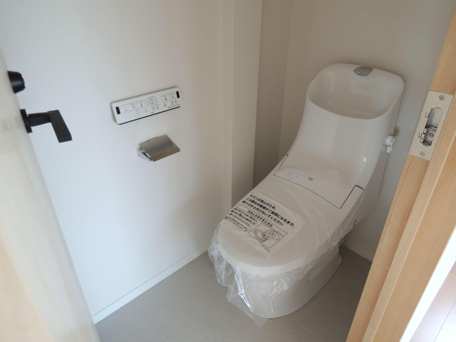 303: 部屋によってトイレが個室であったりなかったり