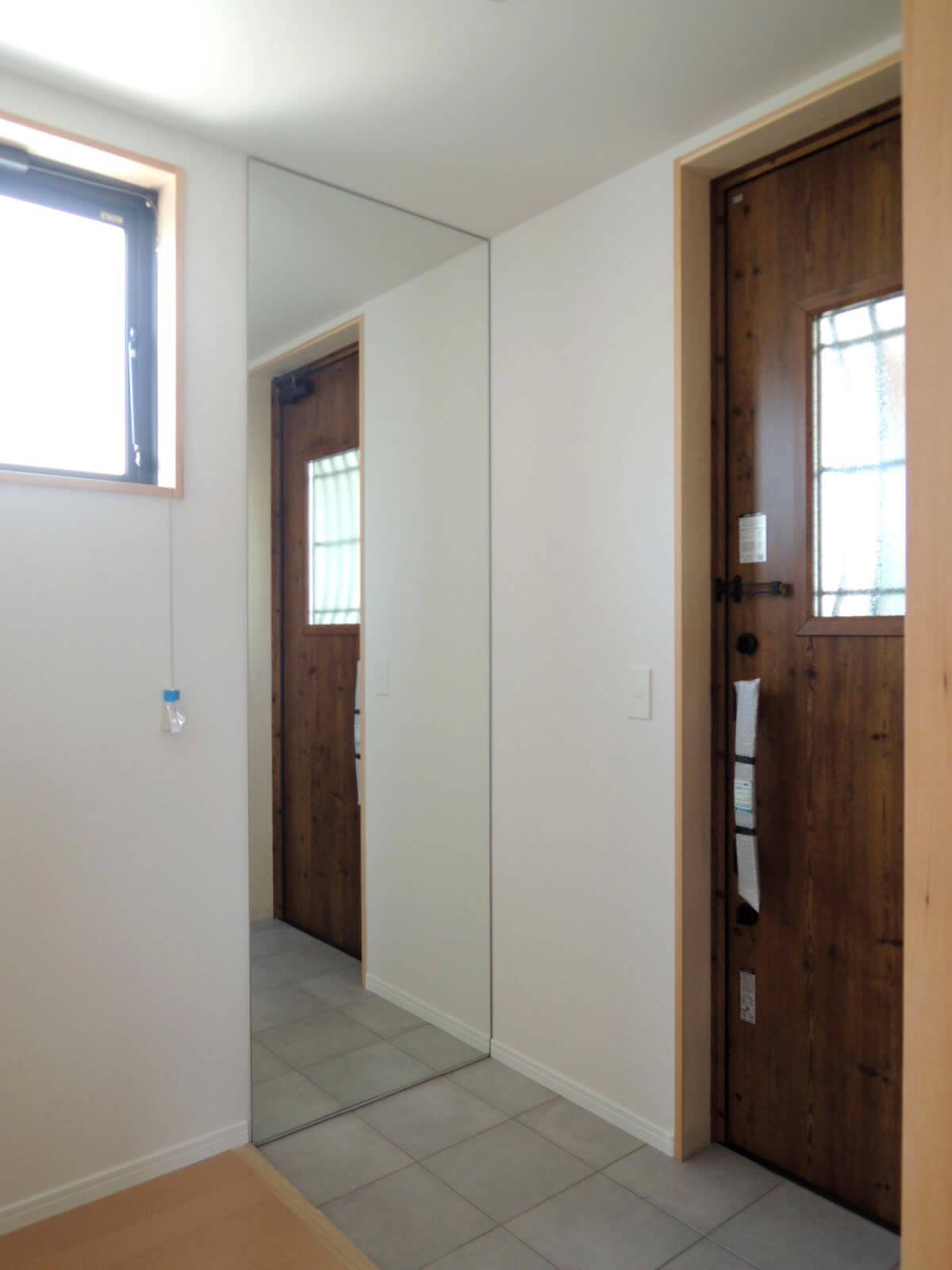 玄関の姿見は想像以上に役立ちます