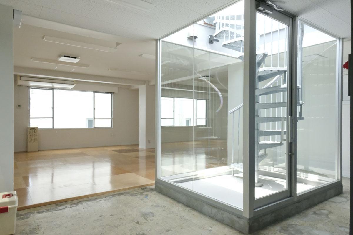 4階:天井を躯体ごと大胆にぶち抜き、階段入りのハコを設置。天井高は2.4m程