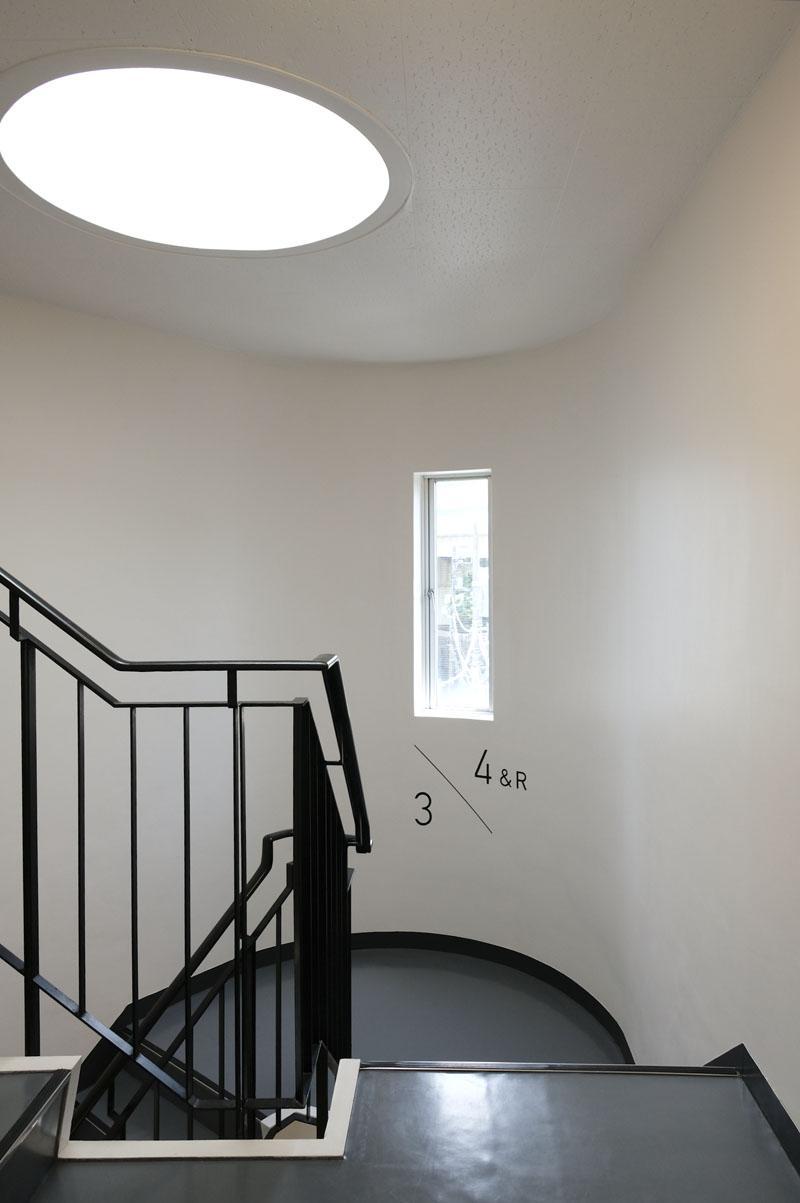 階段室:丸い天窓が面白い