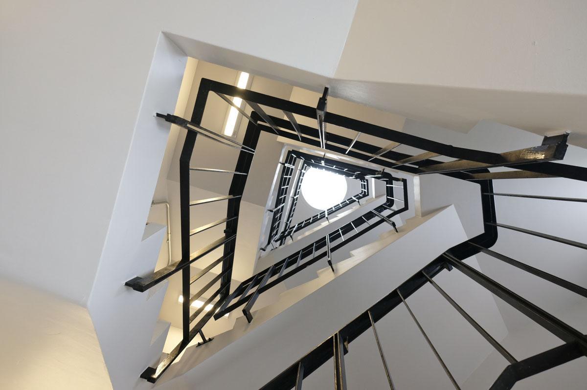 階段室:1階から上を見上げて