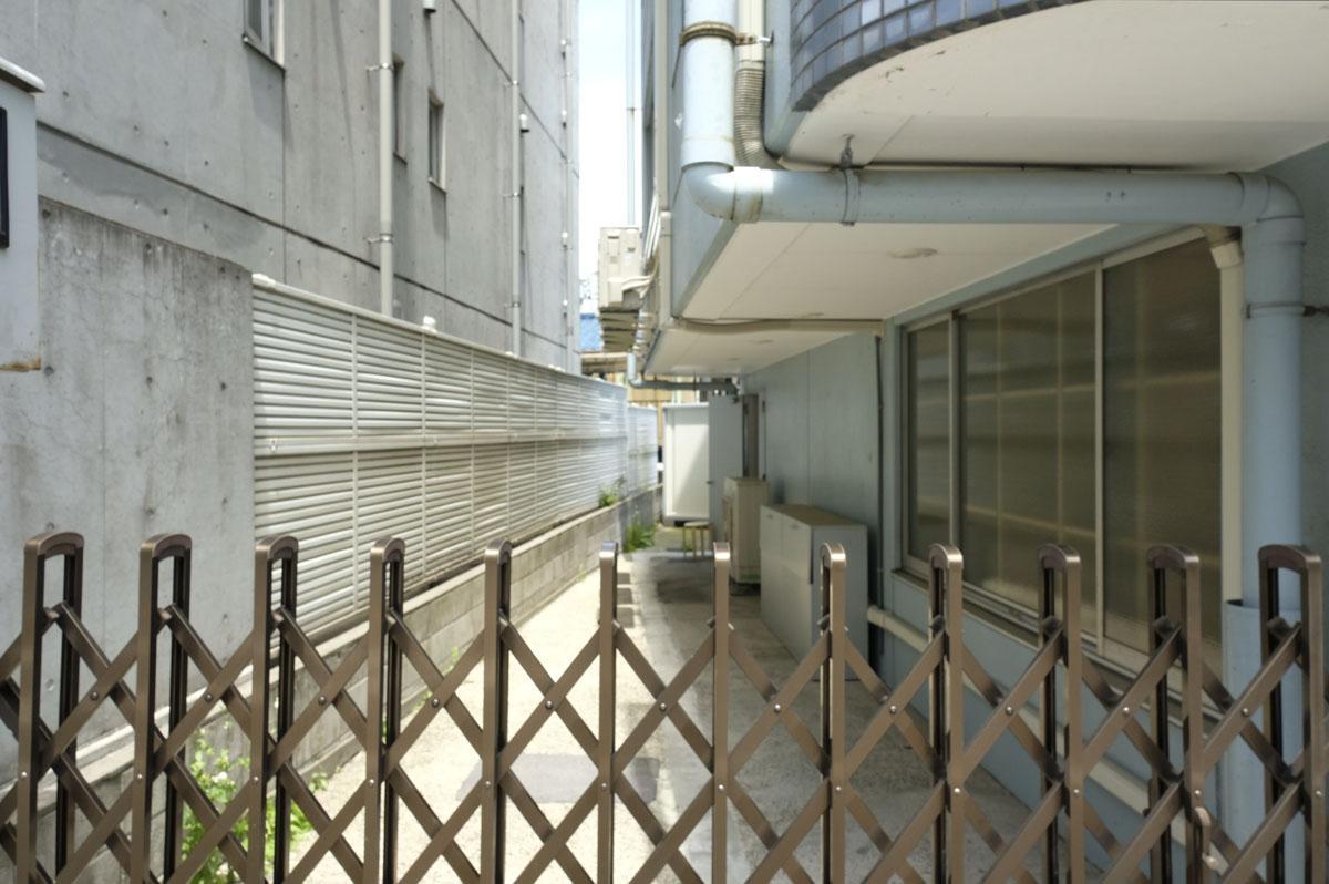こちらが建物脇のスペース。高さが2.1mくらい、幅は奥に行くほど狭まりますが、だいたい2.2mくらい