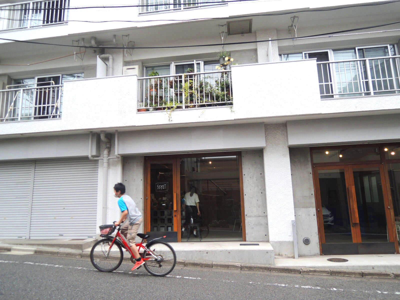 自転車を中心にそこそこ人が行き交う道、3店舗一丸となってアピールできれば!
