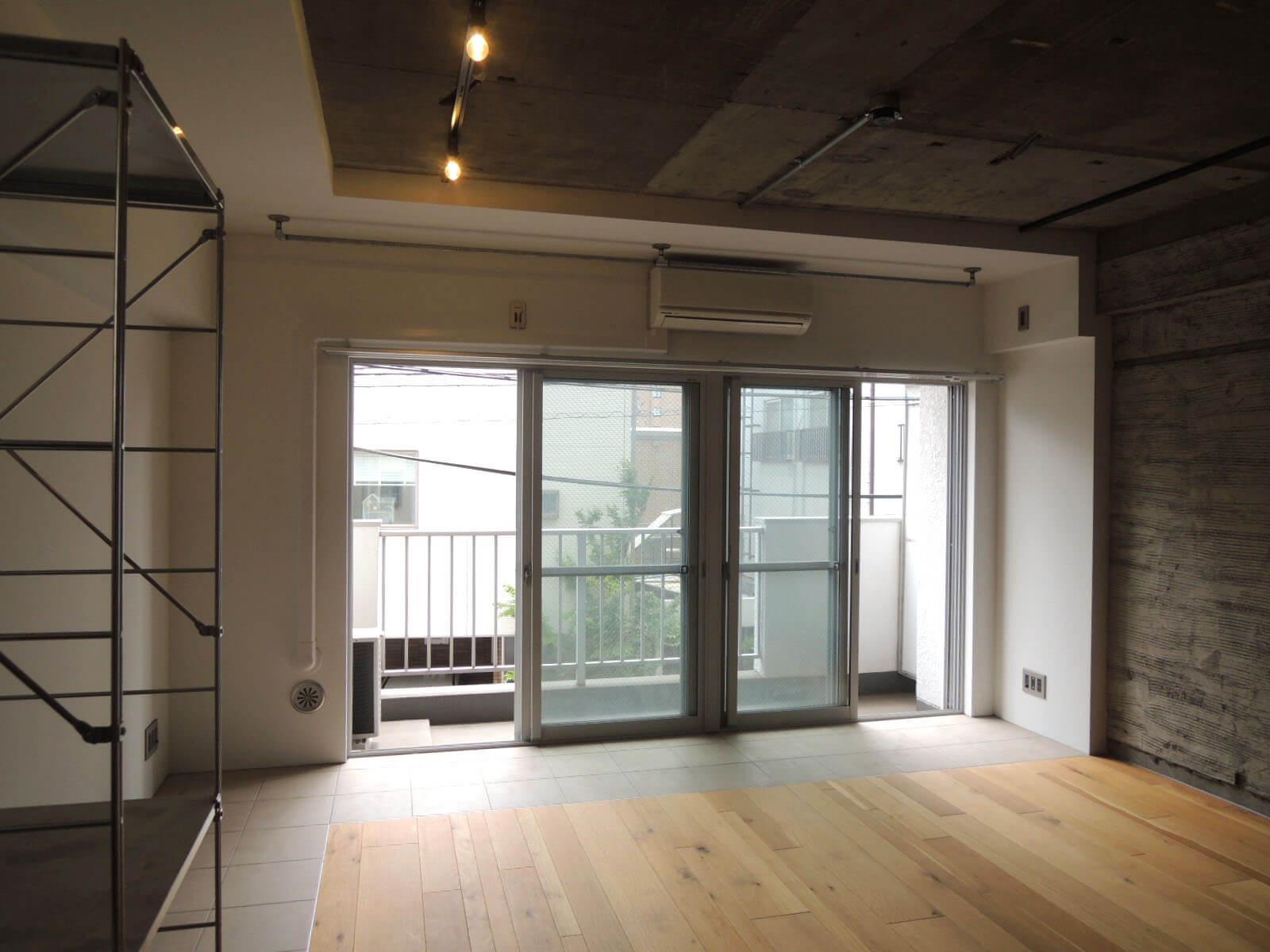 【家】南向きに窓がふたつ、ベッドのほかに壁一面の本棚やテーブルくらいは置けそう