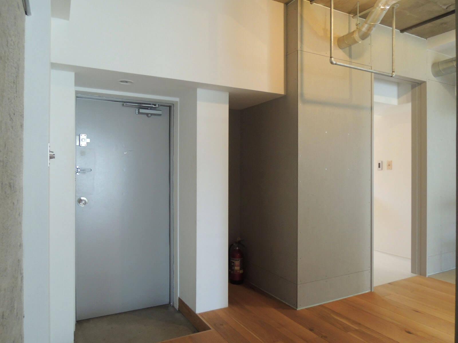 【家】左から、玄関 → 何かの置場に生かしたいくぼみ → バス洗面入口