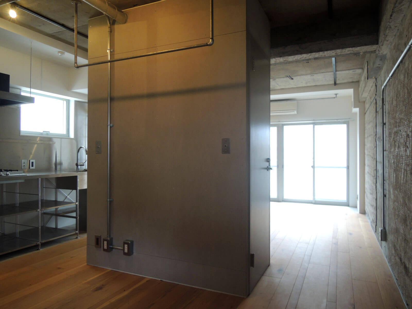 【家】トイレのまわりを回遊できる部屋、天井のバーを使ってクローゼットにすることも