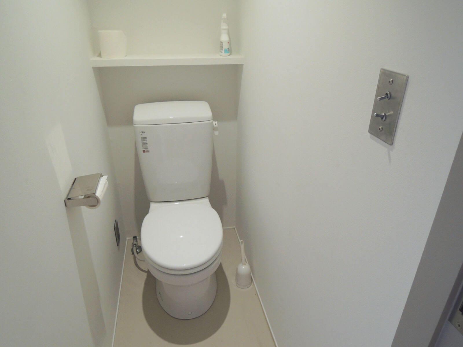 【家】部屋の中心を陣取るトイレ、トグルスイッチがいい感じ